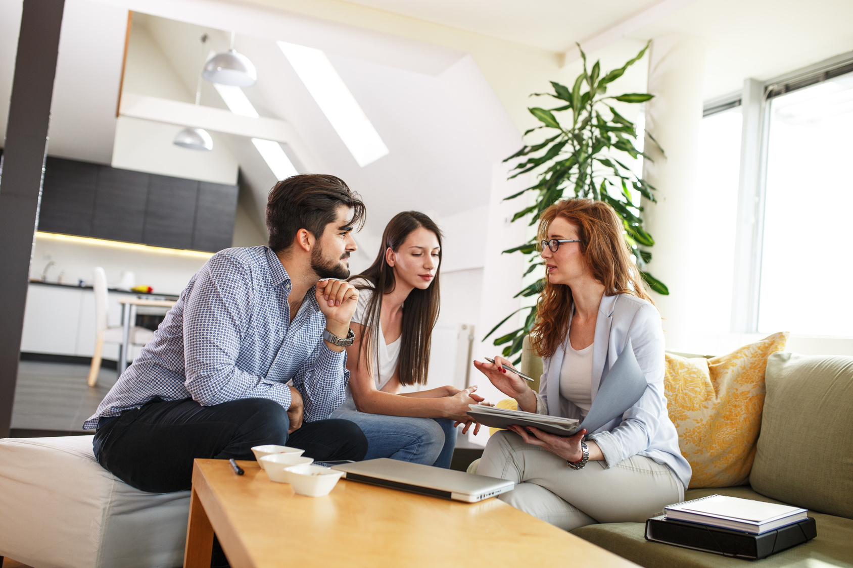 Insruance-Agent-Meeting-with-Couple-in-Home